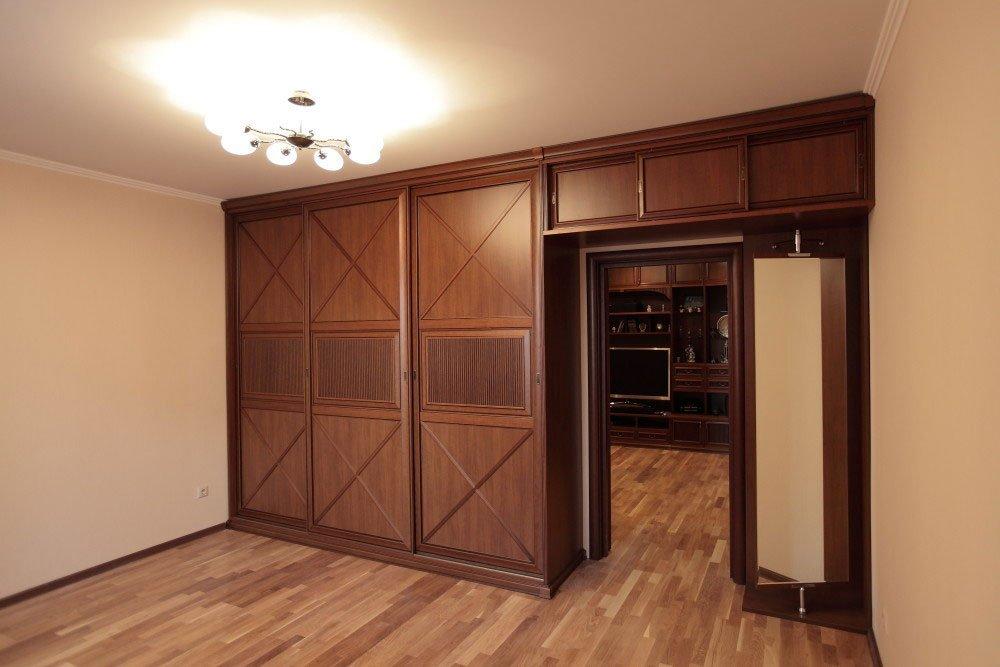 Идеи оборудования шкафа вокруг двери.