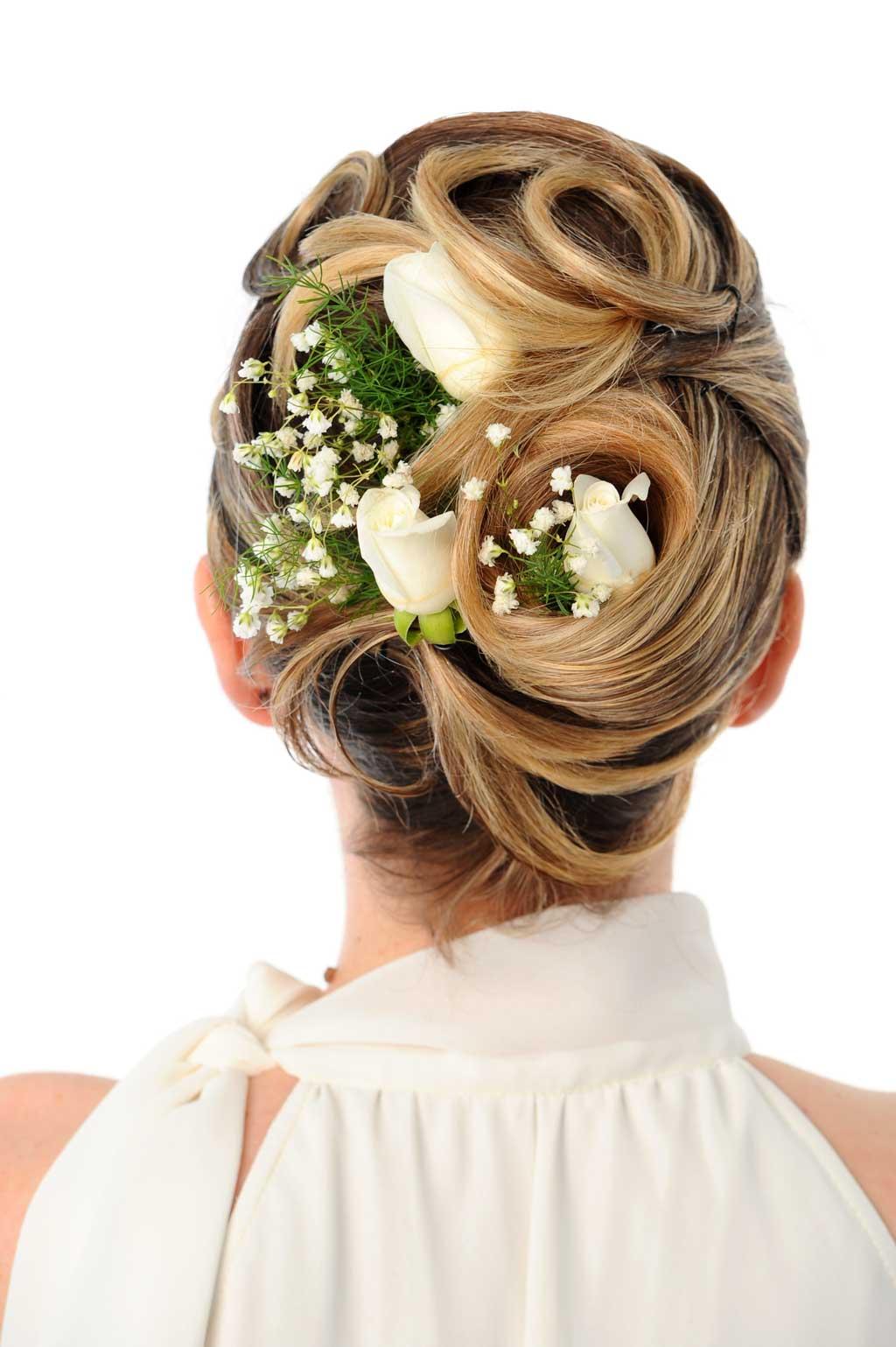Свадебная прическа с цветами на белых волосах